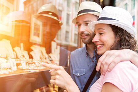 Weergave van een jonge paar in liefde te kijken juwelierszaak voorzijde Stockfoto