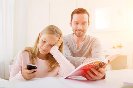 VIew deun Père aidant sa fille pour les devoirs