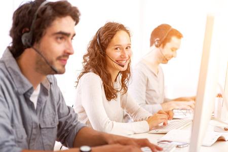 Blick auf ein Junge attraktive Mann arbeitet in einem Call-Center- Standard-Bild