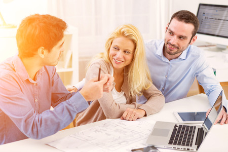Vue d'un jeune couple réunion sérieuse un agent immobilier