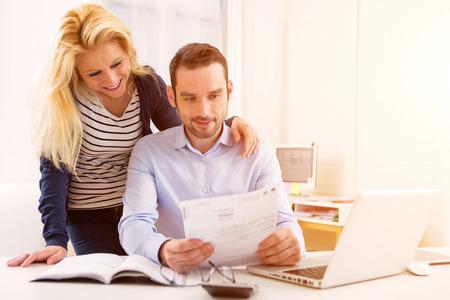 Vue d'un couple attrayant faire de la paperasse administrative Banque d'images