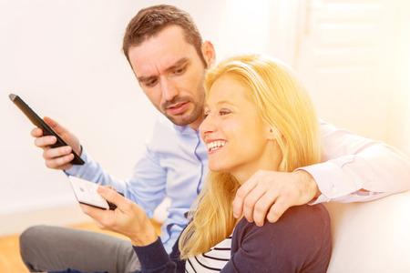 pareja viendo television: Vista de una joven atractiva, viendo televisión pareja Foto de archivo