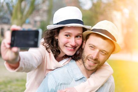 Vue d'un jeune couple en vacances qui se Selfie