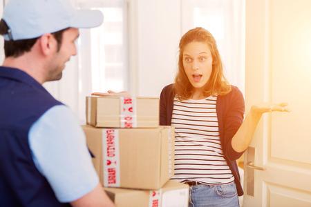 mujeres felices: Vista de un hombre de entrega la entrega de un paquete a cliente