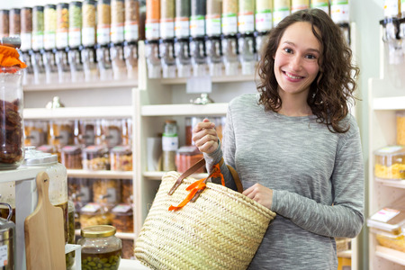 uvolněný: View of a Young attractive woman shooping looses spices at the grocery