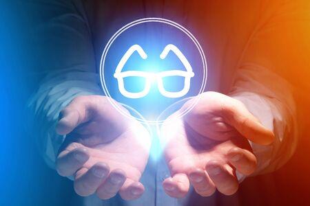 손-의료 개념 위에 안경보기 아이콘보기