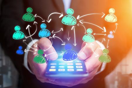 diagrama de flujo: Vista del icono de red social dibujado a mano saliendo de una interfaz de teléfono inteligente de un empresario en la oficina - concepto de negocio