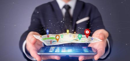 Vista de un empresario sosteniendo un soporte de pin de representación 3D en un mapa