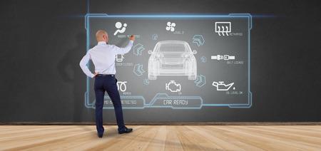 Vue d'un homme tenant un rendu 3d concept smartcar