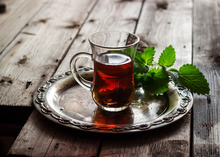 comida arabe: t� con menta en el estilo �rabe en mesa de madera Foto de archivo