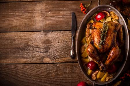 Servi rôti farci Thanksgiving Turquie et légumes d'en haut et espace vide. Style rustique.