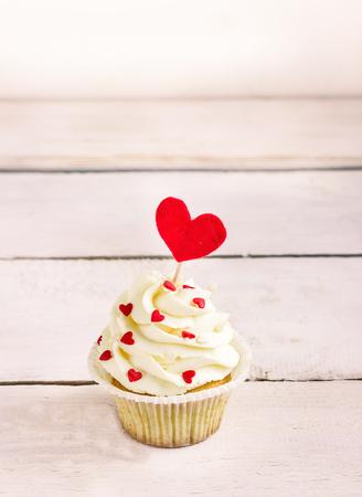 Cupcakes avec des coeurs rouges pour St. Valentines Day.White en bois background.Place pour le texte. Mise au point sélective Banque d'images