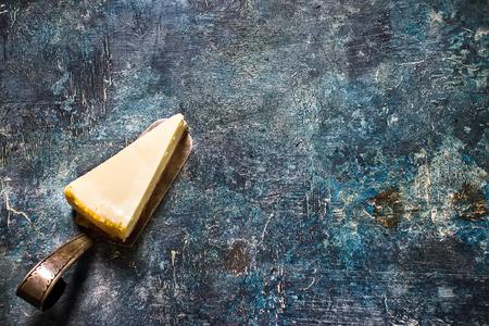 Cheesecake sur fond d'ardoise bleue. Mise au point sélective Banque d'images