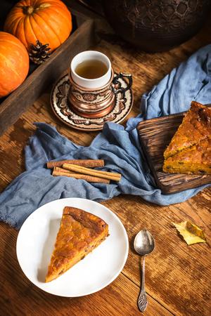 Tarte à la citrouille et tasse de thé sur la table en bois. Nature morte dans le style vintage. Mise au point sélective