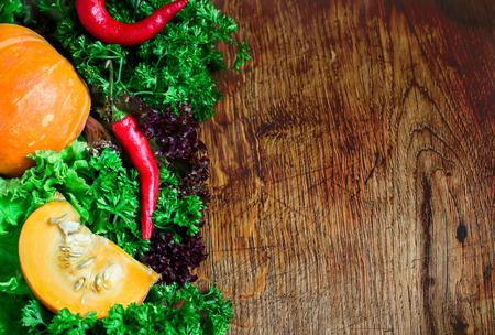 Automne des légumes sur un fond en bois foncé. Style rustique. Mise au point sélective Place pour le texte,