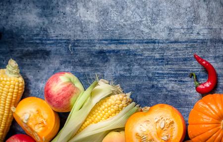 Concept de nature automne. Chute de légumes sur fond de pierre bleue. Mise au point sélective Place pour le texte.