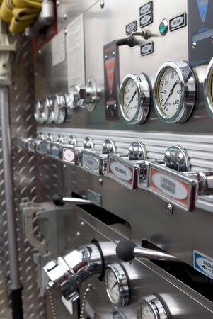 luitenant: De besturings elementen voor het pompen in een vracht wagen brand