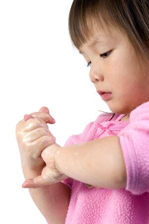 Una niña lavándose las manos con jabón  Foto de archivo - 629865