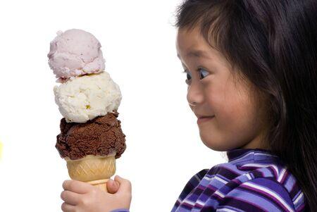 Een jonge Aziatische meisjes kijkt met amazment .... 3 scoops ... allemaal voor me ...!!!!!!!