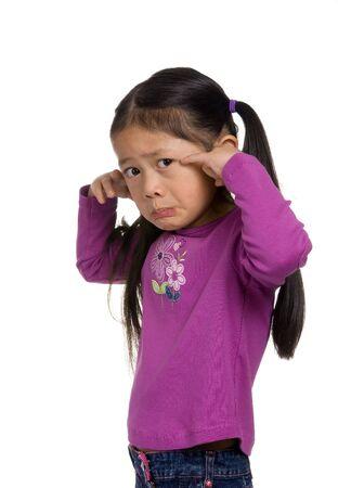 scared child: Una ni�a est� mirando y triste a punto de llorar.