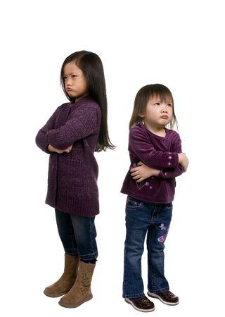 playmates: Dos muchachas j�venes cada uno enojada por la misma raz�n. El poner mala cara