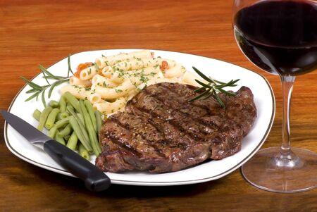 rib: Una costilla ojo filete con verduras y vino tinto con el pasado