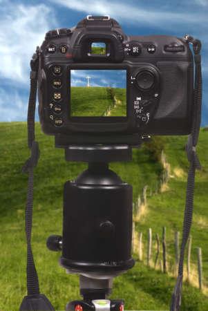 三脚の上のプロのデジタル カメラ デジタル一眼レフ