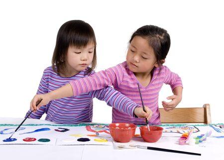 enfants peinture: Une jeune fille peint son chef-d'�uvre avec des couleurs vives.