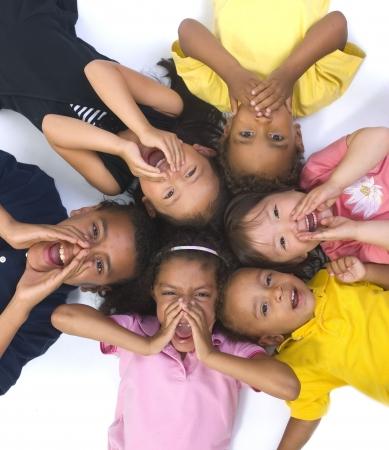 ni�as jugando: J�venes ni�os que crecen y se divierten de lo lindo. Infancia, el aprendizaje, la exploraci�n de la familia