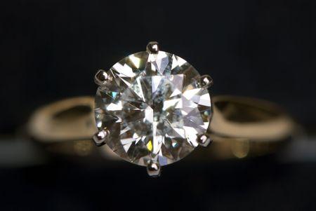 Eine sehr große Diamant-Ring auf einem schwarzen Hintergrund. Standard-Bild - 1351759