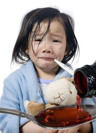 Ein junges Mädchen ist krank und mit ihr die Temperatur. Standard-Bild - 3482236
