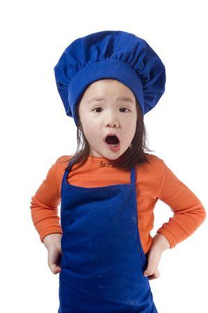 ni�os cocinando: Una ni�a se divierten en la cocina haciendo un l�o .... quiero decir que las cookies.