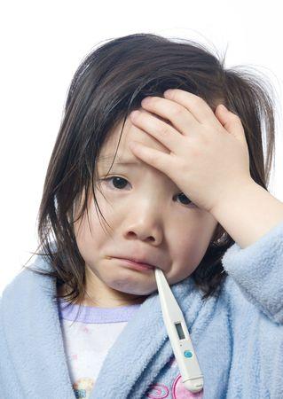 ni�os enfermos: Una ni�a est� enferma y de haber tomado la temperatura. Foto de archivo