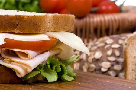 Ein frischer Deli-Sandwich mit Tomaten Schweizer Käse, Salat und viel Fleisch. Standard-Bild - 3518836