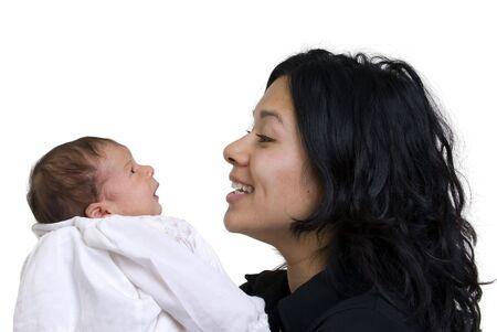 Eine junge Frau mit einem neugeborenen Mädchen. Familie, Liebe, Fürsorge. Standard-Bild - 3523432