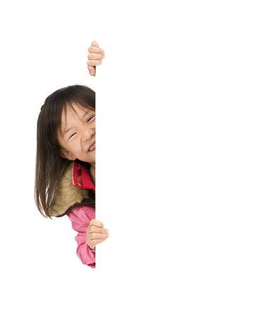 Twee jonge Aziatische meisjes met een leeg wit teken. Zet uw opleiding boodschap hier.