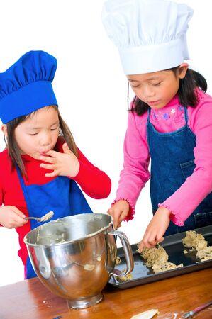 ni�os cocinando: Los ni�os se divierten cocinar por s� mismos por primera vez.