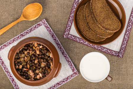 Latvian traditional dish - gray peas with bacon, rye bread and kefir Stok Fotoğraf