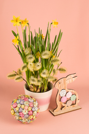 Spring composition with narcissus flowers, goat willow branches and Easter decor 스톡 콘텐츠