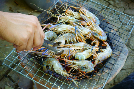 Grill fresh shrimps 版權商用圖片 - 90784557