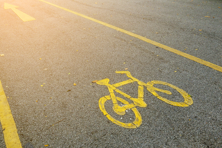 Bicycle lane sign with sun rays at destination, safety zone for bike 版權商用圖片 - 97459558