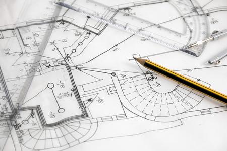 perspectiva lineal: Nuevo dibujo de bosquejo casa con l�piz y comp�s.