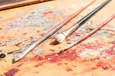 pallette: trois vieux pinceaux sur palette artistique utilisé Banque d'images