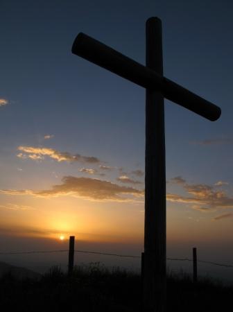 cruz religiosa: Cat�lica cruz en la cima de una monta�a Foto de archivo