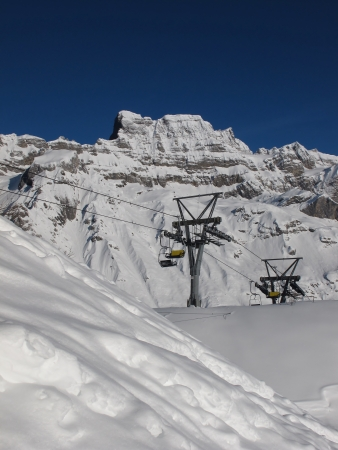 chair lift: Chair lift and mountain in Braunwald Stock Photo