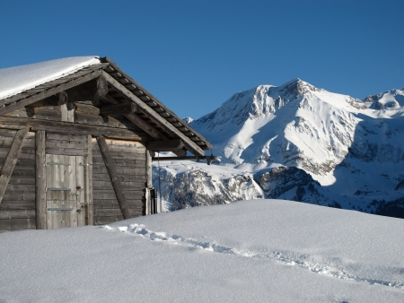 bernese oberland: Hut and mountain in the Bernese Oberland