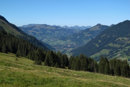 gsteig bei gstaad: Distant view of the famous village and holiday resort Gstaad Stock Photo