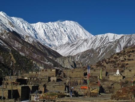 snow capped: Casas viejas de Khangsar y cumbres nevadas de Tilicho Pico