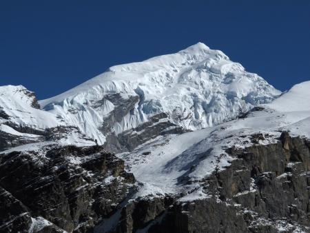 snow capped: Hermosa nieve capped pico de Chulu West Foto de archivo