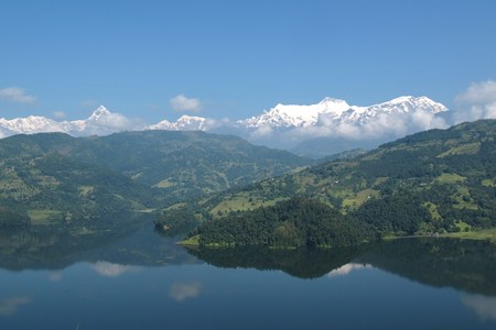 snow capped: Hermoso lago Begnas Tal y cumbres nevadas de Cordillera Annapurna
